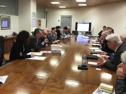 Il tavolo con i membri del Comitato per l'istituzione dell'archivio storico del terremoto riunito oggi a Udine.