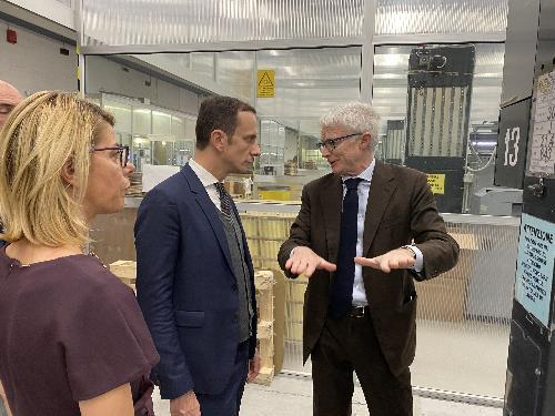 Il governatore del Friuli Venezia Giulia Massimiliano Fedriga durante la visita allo stabilimento della Tirso assieme al presidente di Friulia, Federica Seganti, e all'amministratore delegato di Fil Man Made Group, Andrea Parodi.