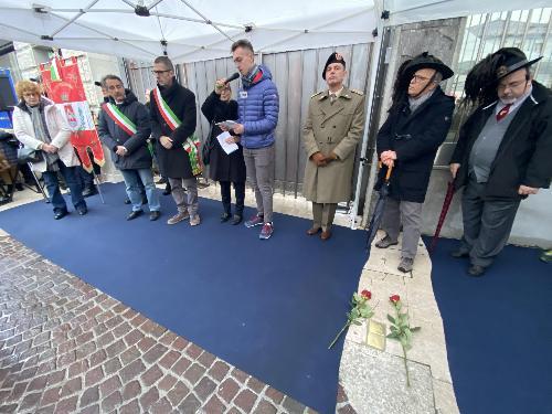Le autorità presenti alla deposizione delle pietre d'inciampo a Pordenone