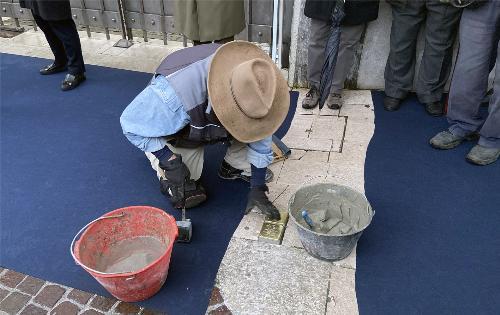 Il momento della deposizione delle pietre d'inciampo da parte dell'artista tedesco Gunter Demnig