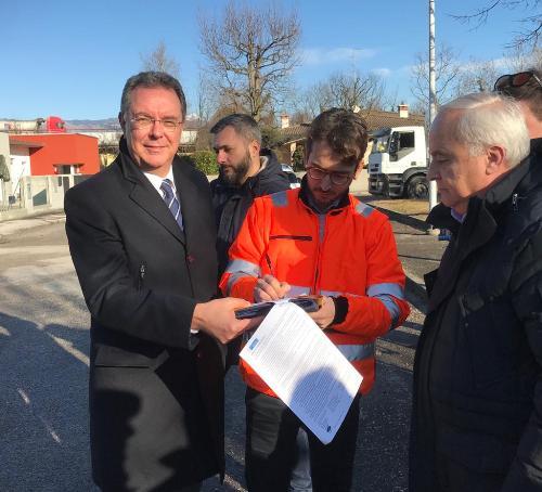 L'assessore regionale alle Infrastrutture e Territorio, Graziano Pizzimenti alla consegna dei lavori per realizzare la pista ciclopedonale lungo la strada tra Cavolano di Sacile (Pn) e Francenigo di Gaiarine (Tv)