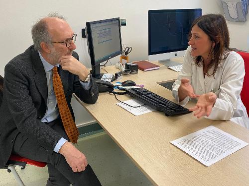 Il vicegovernatore Riccardo Riccardi con la direttrice della Clinica Dermatologica dell'Asugi, Iris Zalaudek
