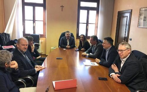 Un momento della riunione a cui hanno partecipato l'assessore regionale Infrastrutture e Territorio Graziano Pizzimenti (terzo da destra nella foto) e l'assessore alle Infrastrutture del Veneto Elisa De Berti