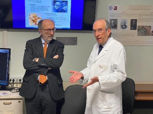 Il vicegovernatore Riccardo Riccardi con il professor Carlo Trombetta, direttore della Clinica urologica dell'ospedale di Cattinara.