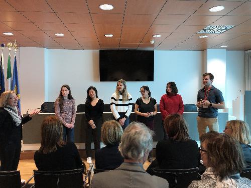 """L'incontro tra l'assessore regionale all'Istruzione Alessia Rosolen, dirigenti scolastici e studenti del progetto """"Global Teaching Lab"""" nella sede della Regione a Udine"""