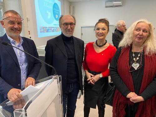 Da sinistra il direttore generale del Burlo Stefano Dorbolò, il vicegovernatore Riccardi, Lidia Strain del Lions Club Duino Aurisina e l'artista Vesna Benedetic.