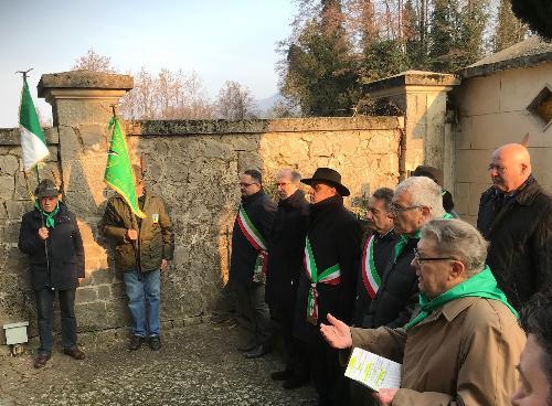 Il vicegovernatore della Regione a Faedis nel cimitero comunale con la delegazione dell'associazione Partigiani Osoppo (Apo) sulla tomba di Franco Celledoni, patriota della Brigata Osoppo.
