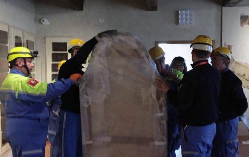 Una fase dell'esercitazione dei volontari della Protezione civile al museo civico di Pordenone