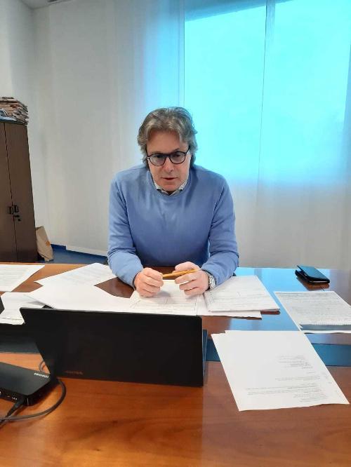 L'assessore Sergio Emidio Bini nel corso della Giunta che si è tenuta in videoconferenza