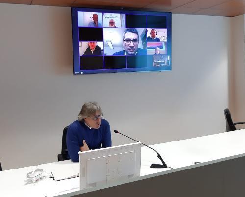 Gli assessori regionali alle Attività produttive e al Turismo, Sergio Emidio Bini, e alle Autonomie locali, Pierpaolo Roberti, durante la videoconferenza con le categorie economiche.