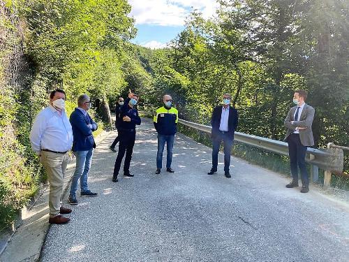 Il vicegovernatore e assessore alla Protezione civile, Riccardo Riccardi, durante il sopralluogo al cantiere di Cavazzo Carnico con il sindaco Gianni Borghi.