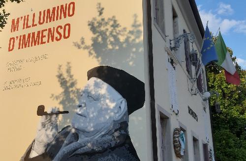 Il murale raffigurante Ungaretti sulla facciata del palazzo municipale di S. Maria la Longa
