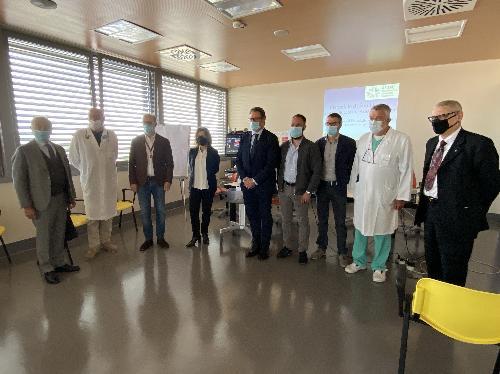 Foto di gruppo tra i presenti alla cerimonia di consegna dell'ecografo all'ospedale di San Daniele