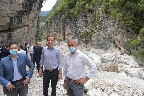 Da sinistra il sindaco di Cimolais Davide Protti, il governatore del Friuli Venezia Giulia Massimiliano Fedriga e il sindaco di Barcis Claudio Traina