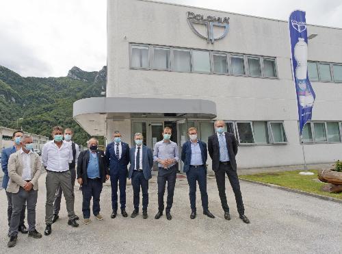 Il governatore del Friuli Venezia Giulia Massimiliano Fedriga (terzo da destra nella foto) e l'assessore alla Montagna Stefano Zannier (quarto da destra) nel corso della visita allo stabilimento della Dolomia