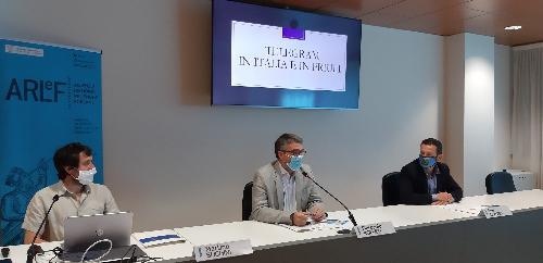 L'assessore regionale alle Autonomie locali e lingue minoritarie, Pierpaolo Roberti, assieme al presidente dell'Arlef, Eros Cisilino (a destra) e al coordinatore del gruppo di lavoro per il progetto Telegram in friulano, Martino Buchini - Udine, 15 luglio 2020.