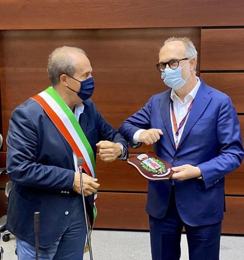 Il vicegovernatore del Friuli Venezia Giulia, Riccardo Riccardi, con il sindaco di Castelsantangelo (Macerata); Mauro Falcucci, nella sede della Protezione civile di Palmanova.