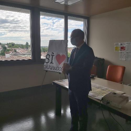 """Il vicegovernatore Riccardi alla cerimonia di donazione della campagna """"SiAMO Carpacco"""" in ospedale a San Daniele"""