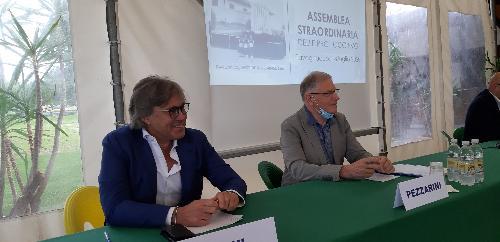 L'assessore alle Attività produttive e turismo, Sergio Emidio Bini, con il presidente delle Pro Loco Fvg, Valter Pezzarini, all'assemblea straordinaria del Comitato regionale delle Pro Loco del Friuli Venezia Giulia - Tavagnacco, 18 luglio 2020.