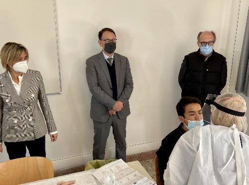 Il vicegovernatore del Friuli Venezia Giulia con delega alla Salute Riccardo Riccardi, primo a destra nella foto, durante la dimostrazione del test Covid al liceo Leopardi Majorana