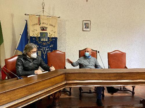 L'assessore regionale alle Attività produttive, Sergio Emidio Bini, durante l'incontro svoltosi in municipio a Moggio Udinese alla presenza del sindaco Giorgio Filaferro.