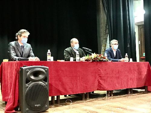 Il tavolo dei relatori all'assemblea regionale Uncem con il presidente dell'Unione nazionale comuni, comunità ed enti montani Ivan Buzzi, il presidente dell'Anci Fvg, Dorino Favot e l'assessore alle Autonomie LOcali del Fvg Pierpaolo Roberti.