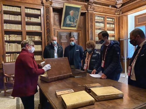 Il governatore del Friuli Venezia Giulia, Massimiliano Fedriga, durante la visita alla biblioteca Guarneriana di San Daniele assieme all'assessore regionale alla Cultura, Tiziana Gibelli.