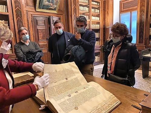 il governatore del Friuli Venezia Giulia, Massimiliano Fedriga, al termine della visita alla biblioteca Guarneriana di San Daniele assieme all'assessore regionale alla Cultura, Tiziana Gibelli e all'assessore alle Autonomie locali, Pierpaolo Roberti.