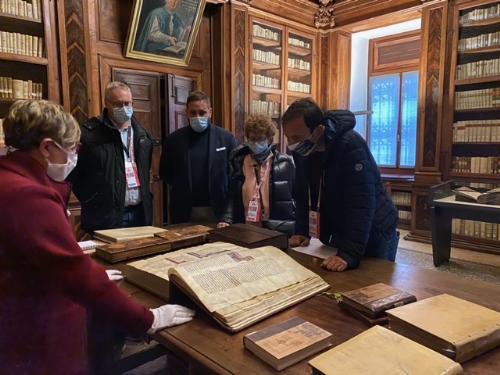 il governatore del Friuli Venezia Giulia, Massimiliano Fedriga, al termine della visita alla biblioteca Guarneriana di San Daniele assieme all'assessore regionale alla Cultura, Tiziana Gibelli.