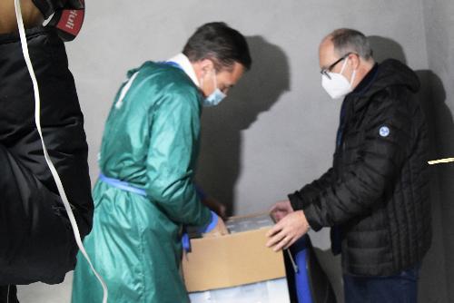 Il vicegovernatore con delega alla Salute Riccardo Riccardi all'arrivo delle dosi del vaccino anti-Covid
