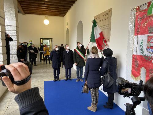 Il momento della scopertura della lapide intitolata a Norma Cossetto nel chiosotro della Biblioteca di Pordenone