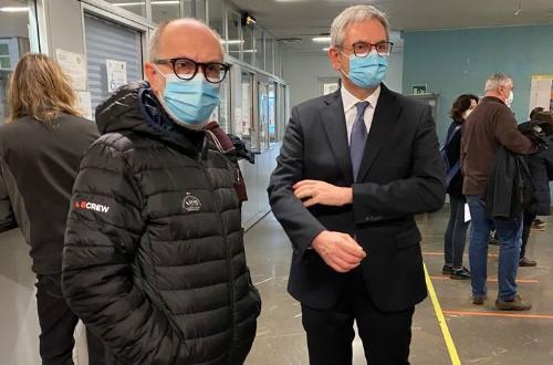 Il Vicegovernatore della Regione Riccardo Riccardi insieme al rettore dell'ateneo triestino Roberto Di Lenarda durante la fase di vaccinazione all'Università