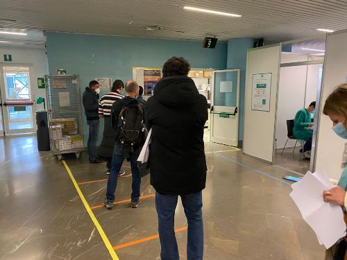 Personale dell'Università di Trieste in coda per effettuare la vaccinazione anticovid organizzata dalla Regione
