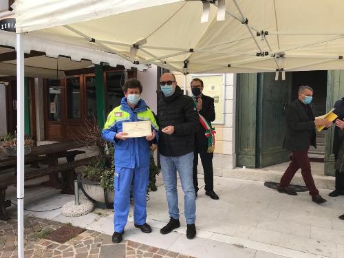 Il vicegovernatore con delega alla Salute del Friuli Venezia Giulia, Riccardo Riccardi, consegna uno degli attestati in piazza Duomo ad Aviano.