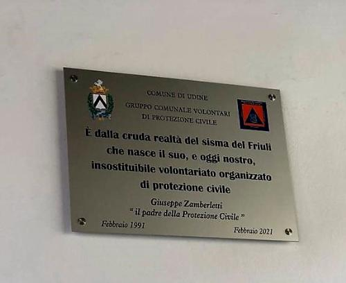 La targa dedicata oggi all'onorevole Giuseppe Zamberletti nella sede del gruppo comunale di Protezione civile a Udine.