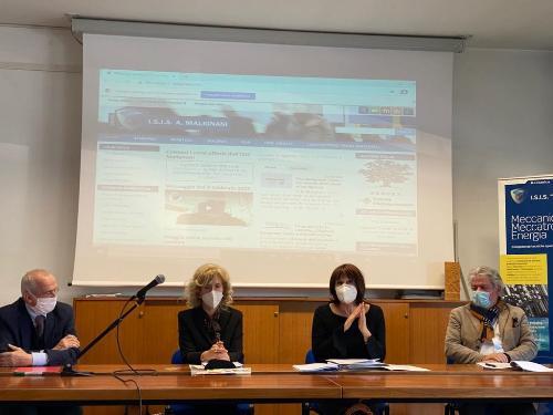 L'assessore all'Istruzione, Alessia Rosolen alla presentazione dell'accordo e assieme al presidente del Cluster arredo legno, Franco Di Fonzo
