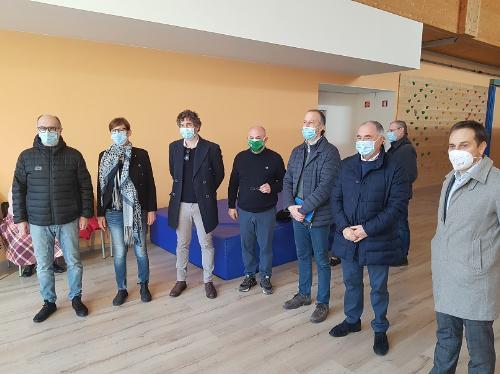 Il vice governatore Riccardi (primo a sinistra) nella sede della Fondazione Progetto Autismo Fvg a a Feletto Umberto