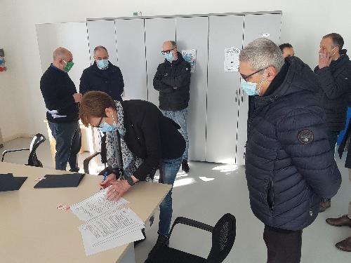 Un momento della firma della convenzione fra Fondazione Progetto Autismo Fvg e l'Azienda sanitaria universitaria Friuli Centrale
