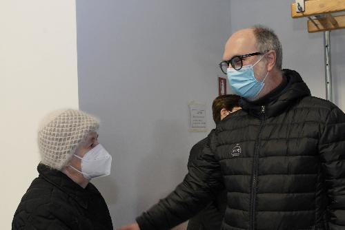 Il vicegovernatore con delega alla Salute Riccardo Riccardi durante la visita alla palestra di Latisana adibita a centro vaccinale