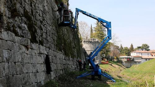 Operai forestali regionali al lavoro al Castello di Gradisca