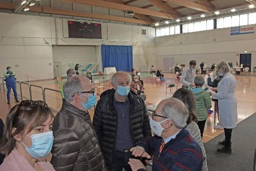 Il vicegovernatore del Friuli Venezia Giulia con delega alla Salute, Riccardo Riccardi, con il sindaco di San Vito al Tagliamento, Antonio Di Bisceglie e il consigliere regionale Alfonso Singh al centro vaccinale allestito nel locale Palasport.