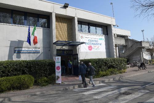 Il centro vaccinale di San Vito al Tagliamento allestito nel locale Palasport.