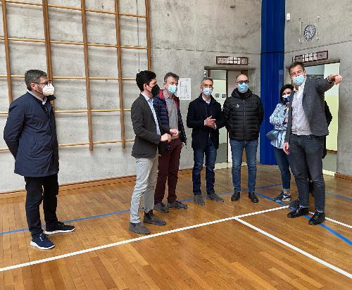 Il sopralluogo compiuto dal vicegovernatore del Friuli Venezia Giulia Riccardo Riccardi nella palestra del Pujati di Sacile, futura sede di un nuovo centro vaccinale