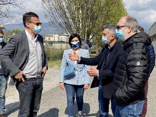 Il vicegovernatore all'esterno della palestra dell'Isis Pujati di Sacile, futuro centro vaccinale del pordenonese