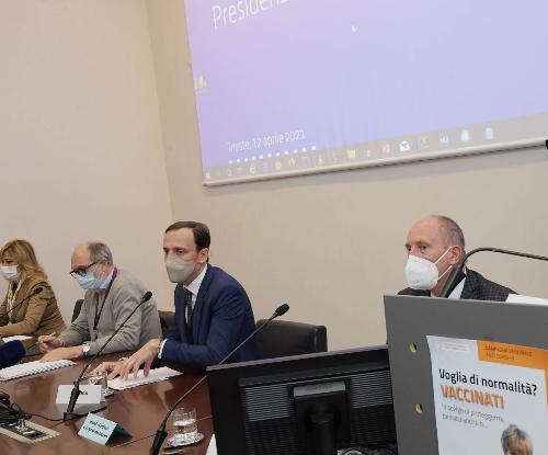 Il governatore del Friuli Venezia Giulia, Massimiliano Fedriga, e il vicegovernatore con delega alla Salute, Riccardo Riccardi, durante la presentazione del nuovo strumento di prenotazione dei vaccini anti Covid-19.