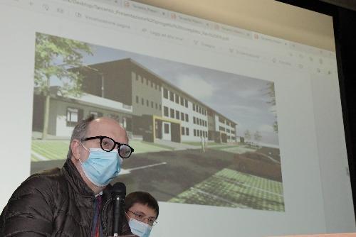 Il vicegovernatore con delega alla Salute Riccardo Riccardi e sullo sfondo il rendering della nuova sede del Distretto di Tarcento
