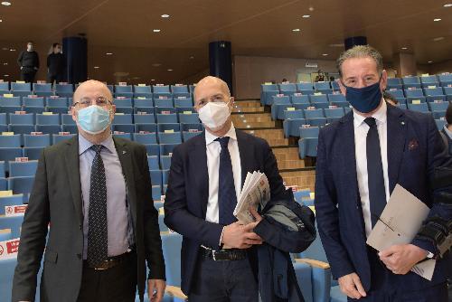 L'assessore regionale alla Difesa dell'ambiente, Energia e Sviluppo sostenibile, Fabio Scoccimarro, con i prefetti di Gorizia, Raffaele Ricciardi, e di Udine Massimo Marchesiello.