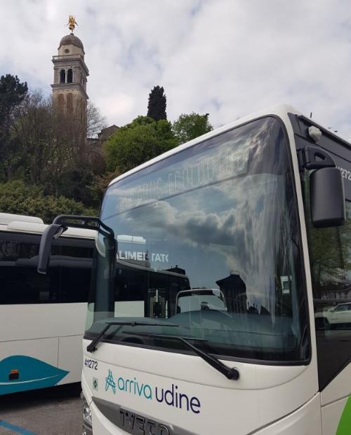 Uno dei 5 bus extraurbani Euro 6 a metano Cng (gas naturale compresso) di Arriva Udine presentati in piazza Primo maggio in occasione della Giornata mondiale della Terra.