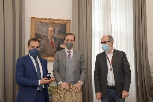 Il governatore Massimiliano Fedriga tra il vice Riccardo Riccardi e il neodirettore di Asufc Denis Caporale (primo a sinistra)