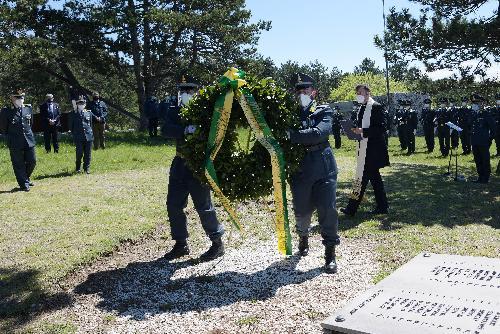 Deposizione della corona d'alloro in ricordo dei militari delle fiamme gialle infoibati